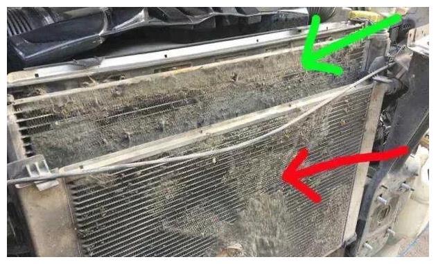 如何清理发动机散热片上的柳絮和虫子?