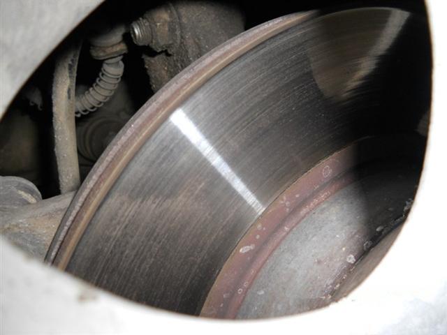 踩刹车有吱吱的金属摩擦声,该换刹车片还是刹车盘?
