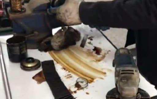 换机油时,不换机油滤芯有啥后果?修车工:一个月多烧半箱油